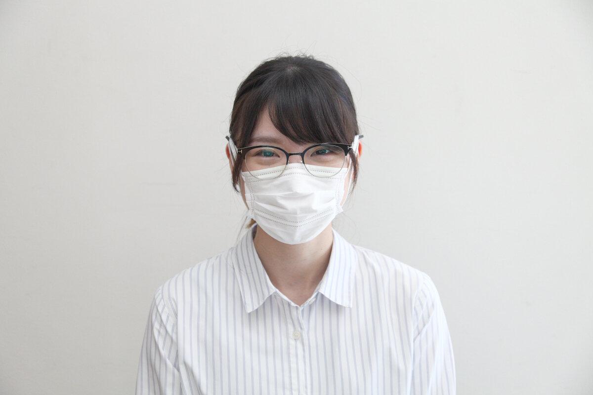 メガロックにマスクの耳かけゴムをかけた女性