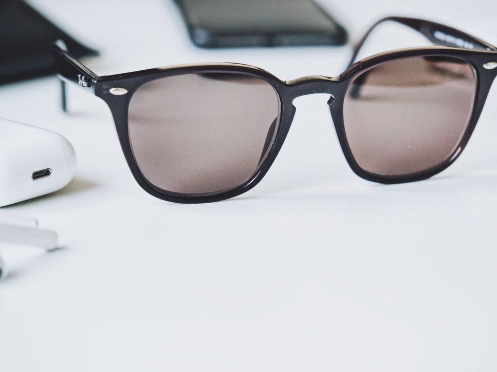 テーブルに置かれたサングラス