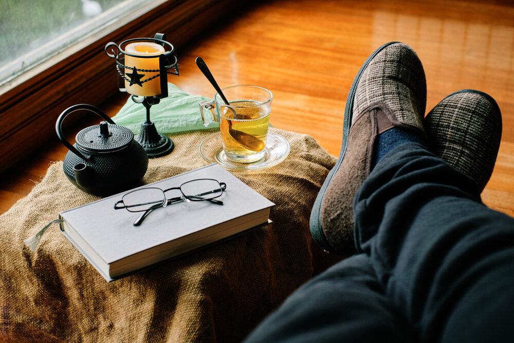 本と並ぶ男性の足