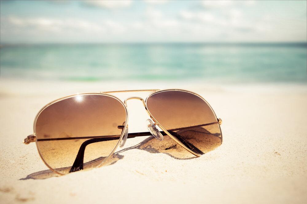 海とサングラス