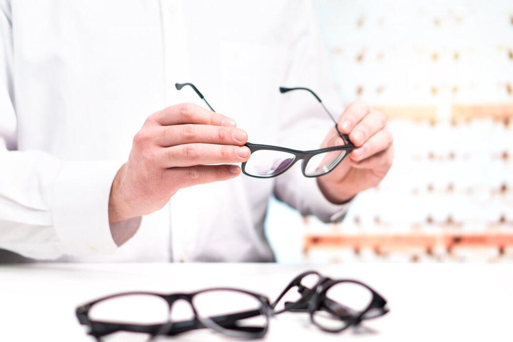 メガネと男性の手