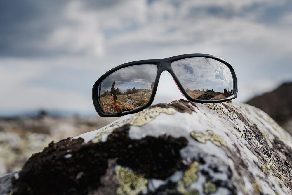 岩に置かれたメガネ