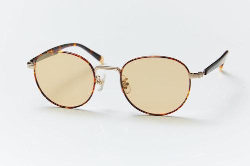 細めのメタルフレームがシャープな印象のサングラス。丸みのあるボストンタイプのレンズで、顔になじみやすいのが特徴です。kohoro 偏光サングラス  。コホロ(心)になじむメガネ。自然や生活の中にある色彩をまとったメガネ。ソフトな明るさの眩しさだけでなく、反射の眩しさも軽減。