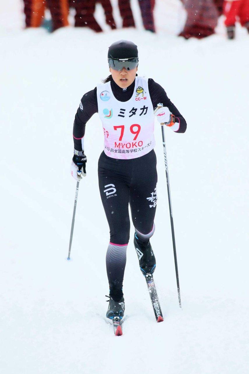 クロスカントリースキーを滑る栃谷和選手