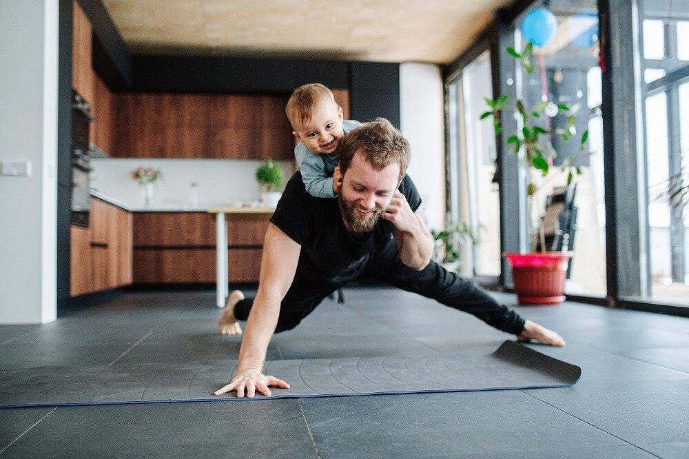 運動する親子