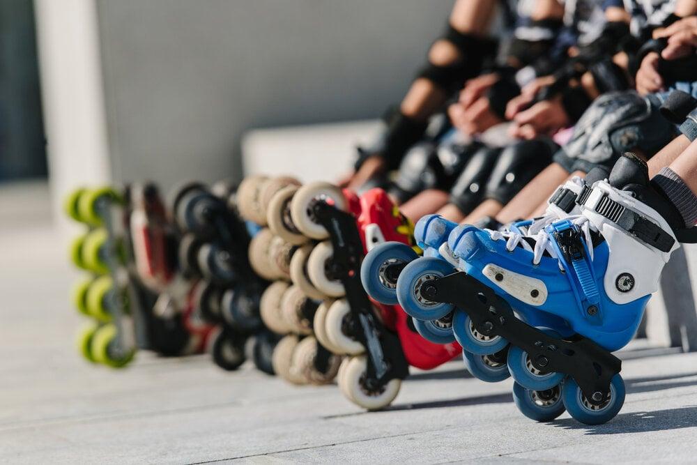 インラインスケート靴を履いてベンチに座る人の足