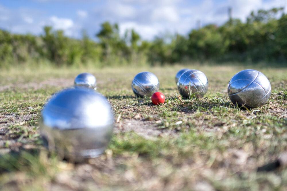 芝生の上に置かれたペタンクのボール