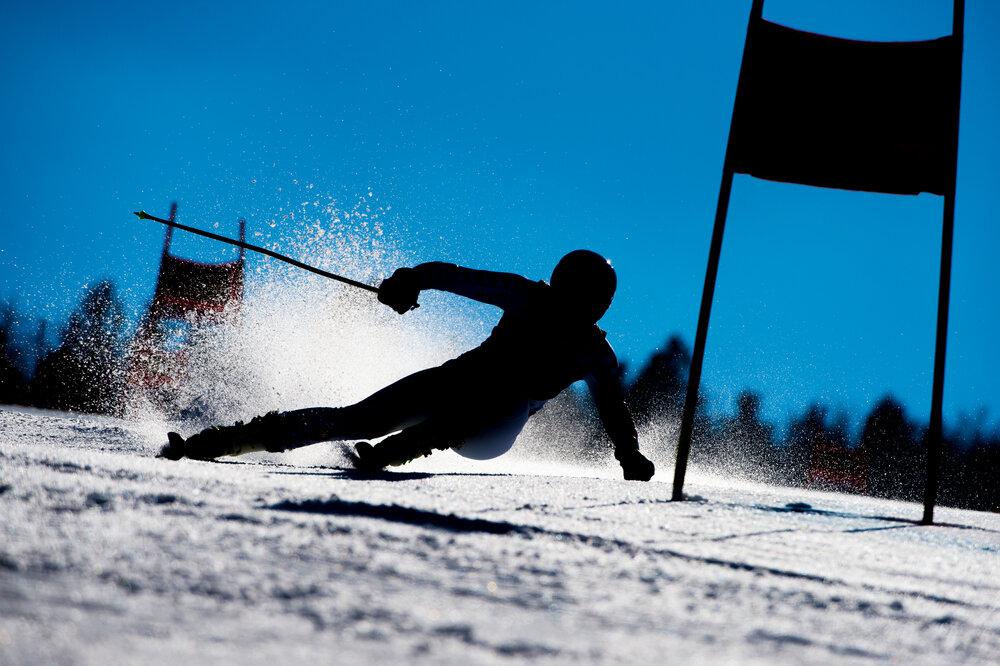 雪山に立てられたスキー板とストック