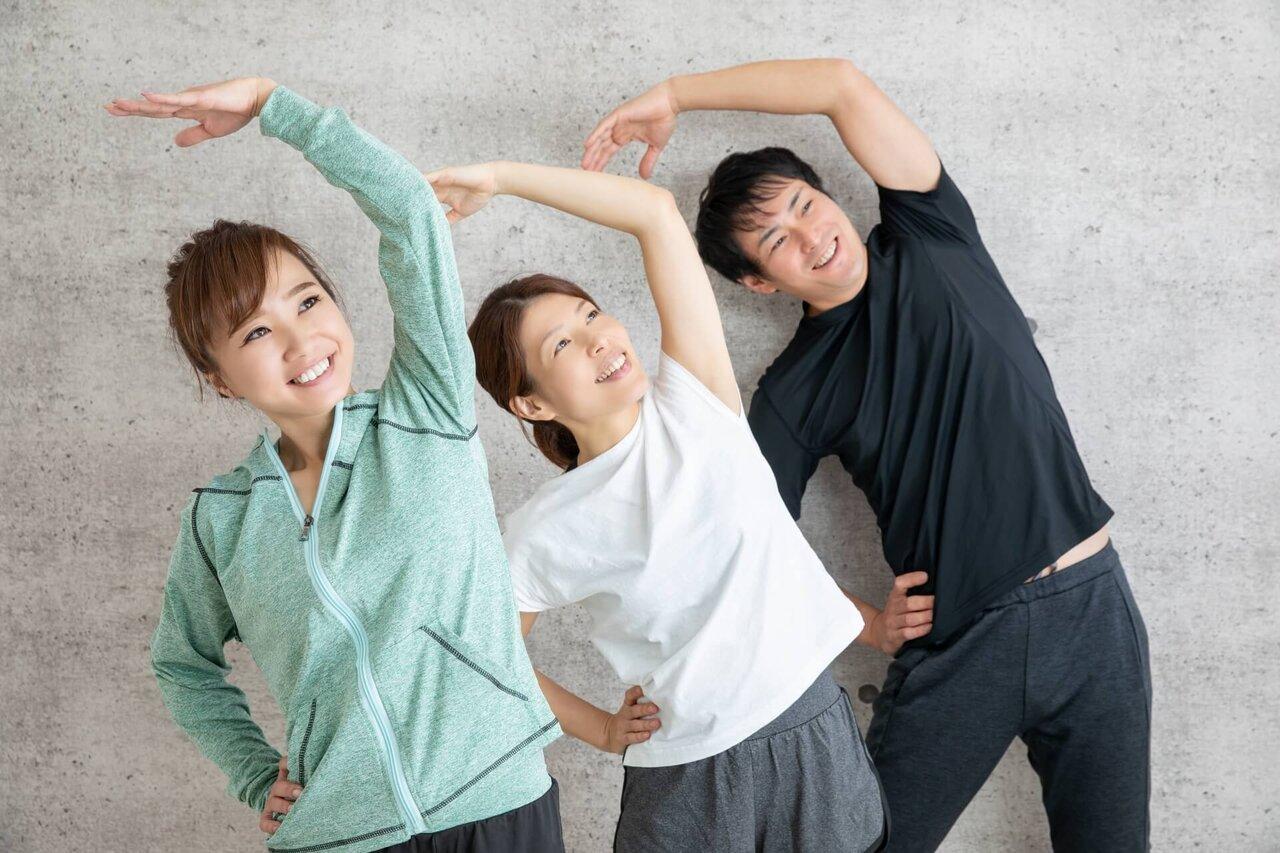 家族で体操する様子