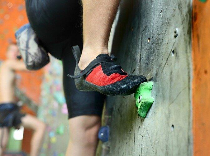 スポーツクライミングをしている男性の足