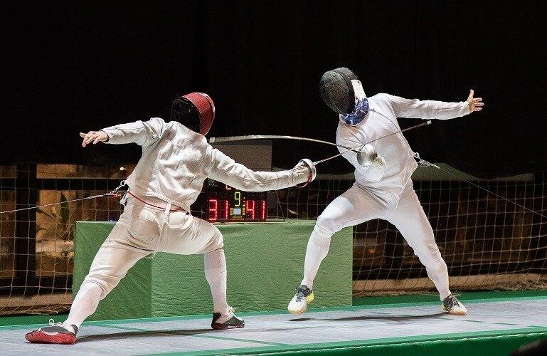 フェンシングの試合をしている2人の選手