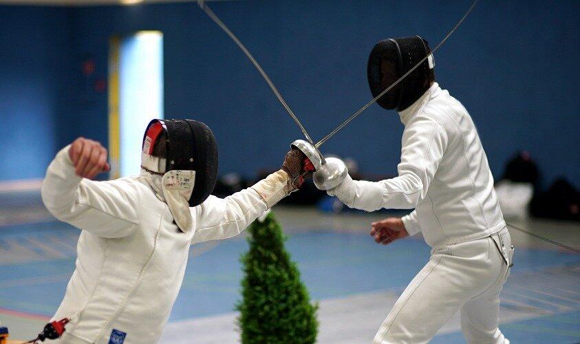 フェンシングのエペの試合をしている選手