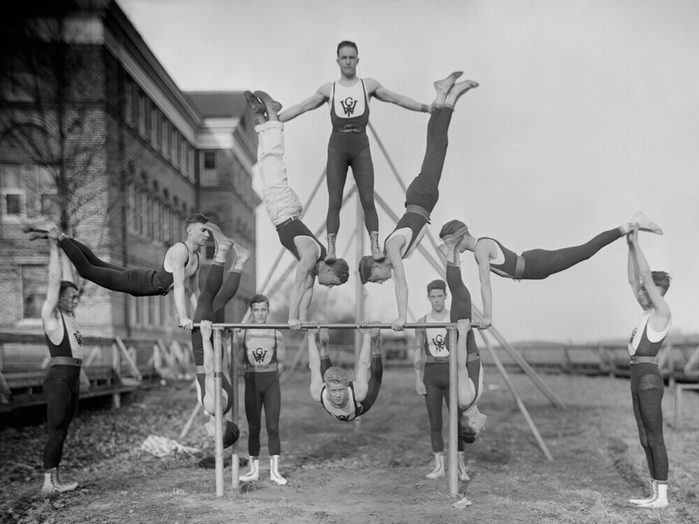 1920年代ごろの男子体操チームの競技姿