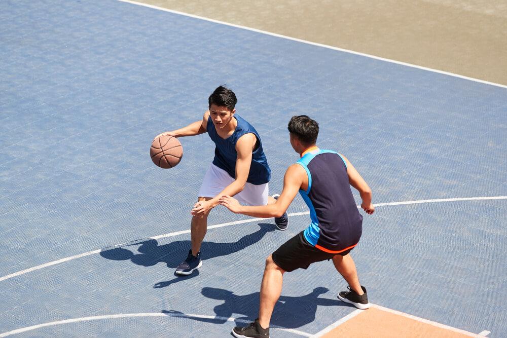 バスケットをしている二人の男性