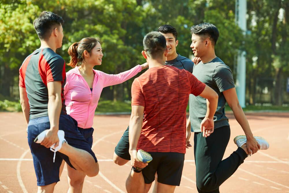 スポーツウェアに身を包んでいる若い男女