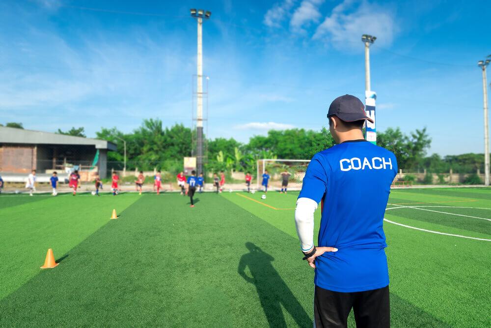 生徒を見守るコーチ