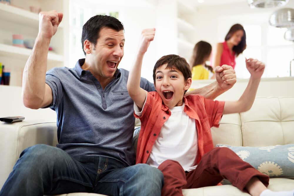 スポーツの応援をする家族