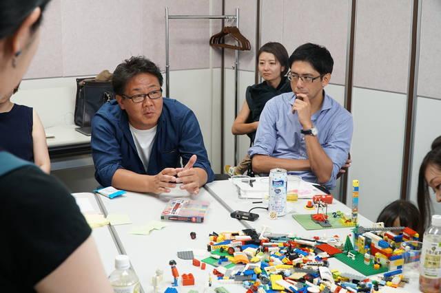 LEGOを前に真剣に語りだすまちづくりチーム