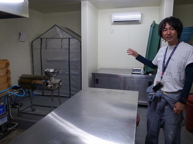 理事長の小野さんが案内してくれました。ここでは味噌や麹...