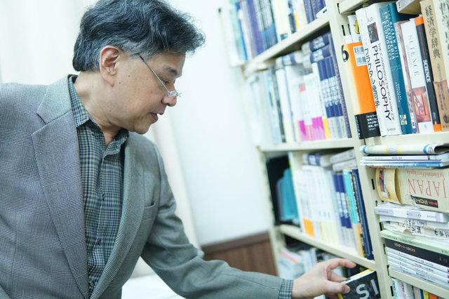 イタリアでの温州人の活動について文献を探す西口先生