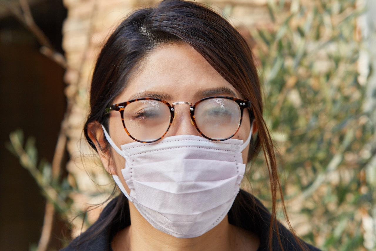 マスクをつけた際にメガネが曇る女性の画像