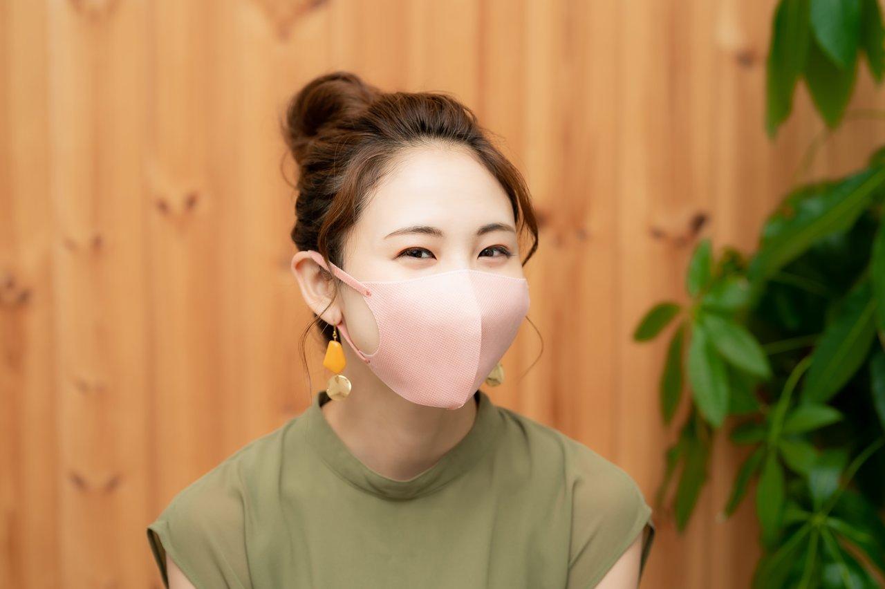 夏におすすめなマスクメイクをした女性が実際にマスクをつけた画像