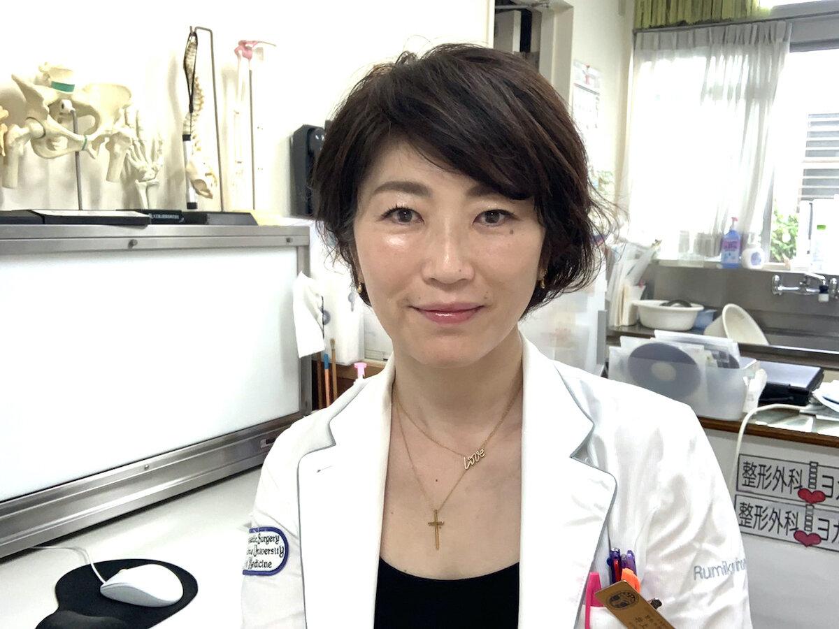 正面を向く、松浦整形外科内科院長・井上留美子先生