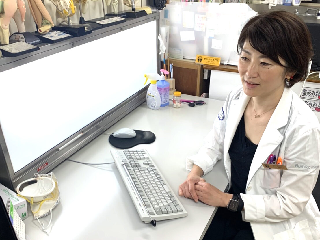 腰痛についてのインタビューを受ける、松浦整形外科内科院長・井上留美子先生の横顔