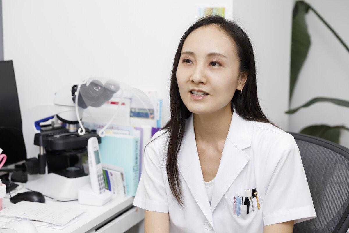 自宅療養についてのインタビューに答える藤堂紗織先生