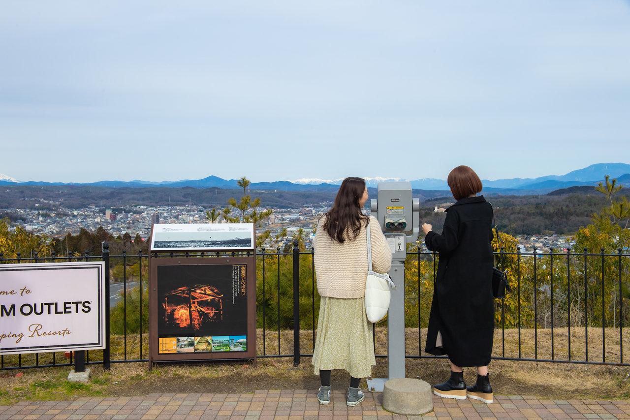 土岐プレミアム・アウトレットのメープルコートで土岐市内の景色を見ている様子