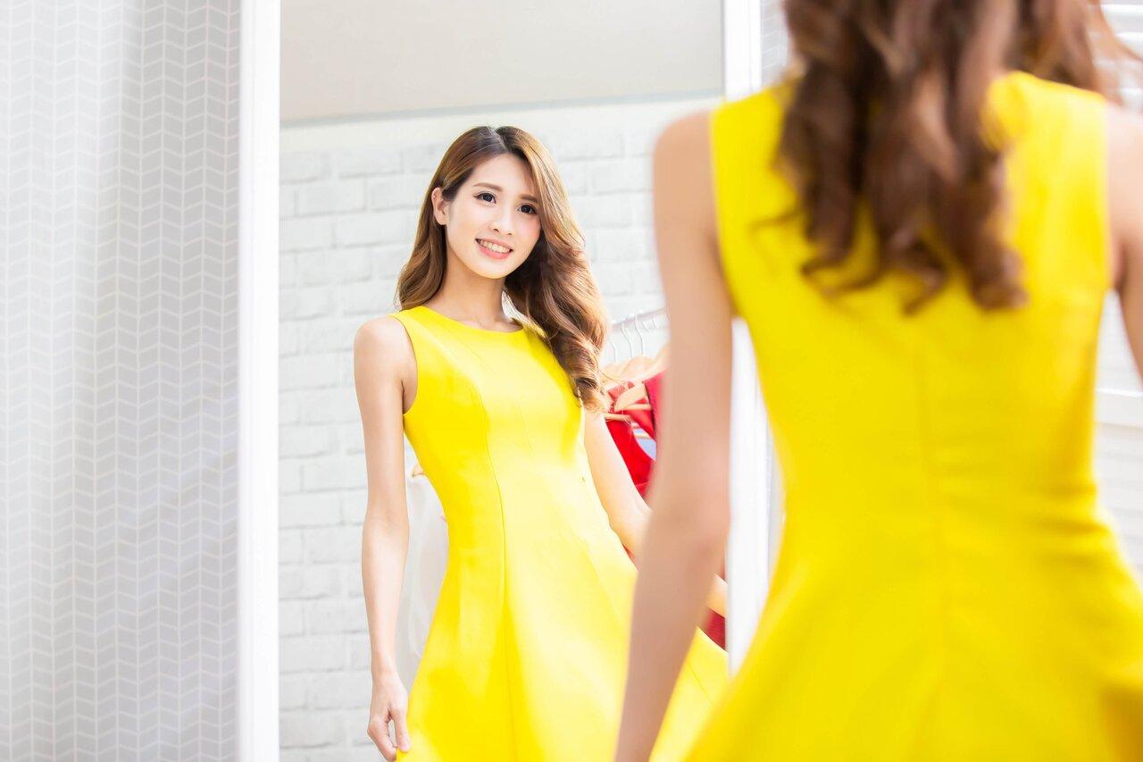鮮やかな黄色のワンピースを着た女性