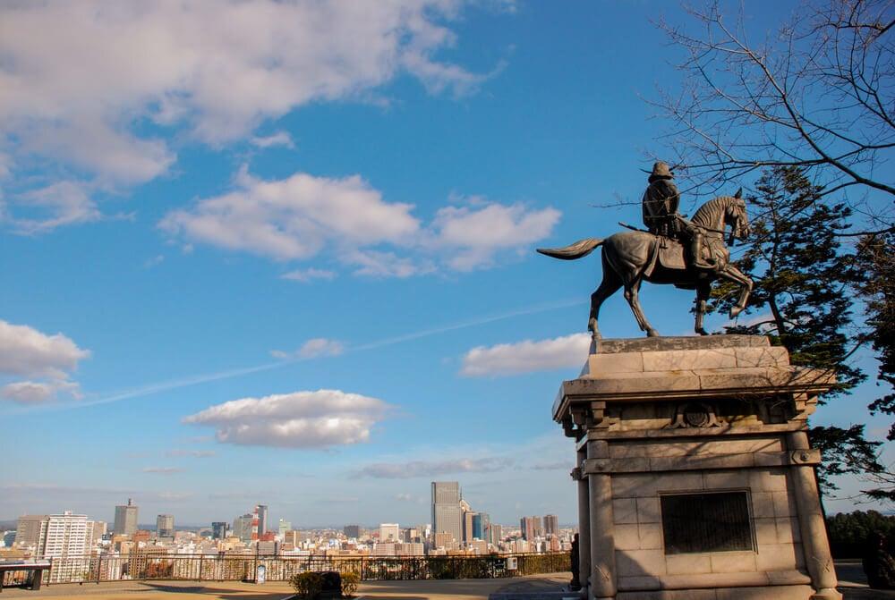 伊達政宗騎馬像と天守台からの眺め