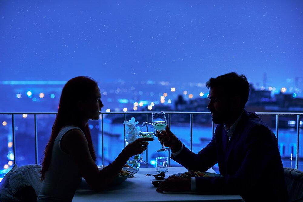 夜のデートを楽しむカップル