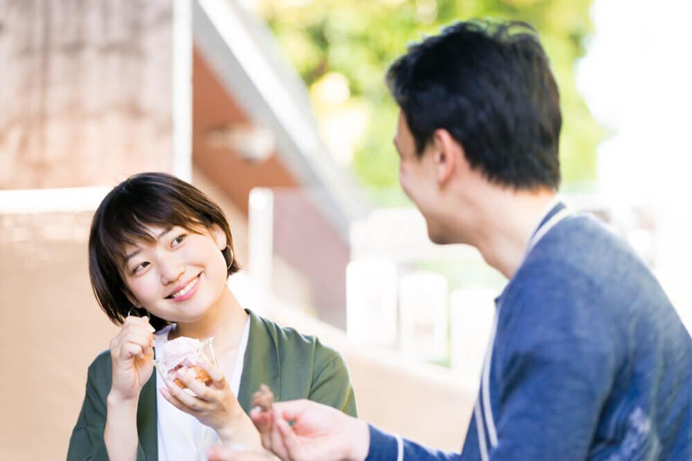 スイーツを食べるカップル