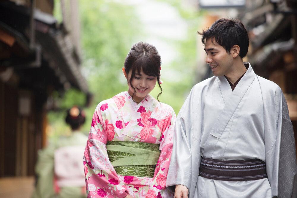 浴衣を着て歩くカップル