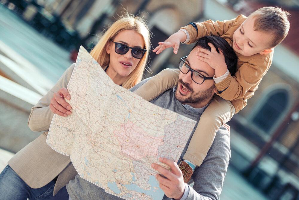 マップを見て計画を立てる家族