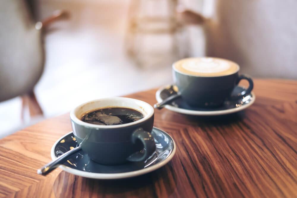 カフェのテーブルに置かれたコーヒー