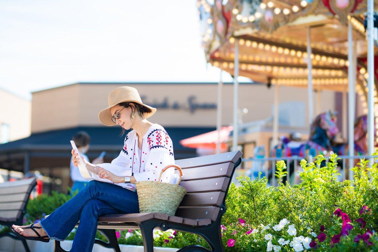 ベンチに座ってマップを眺める女性