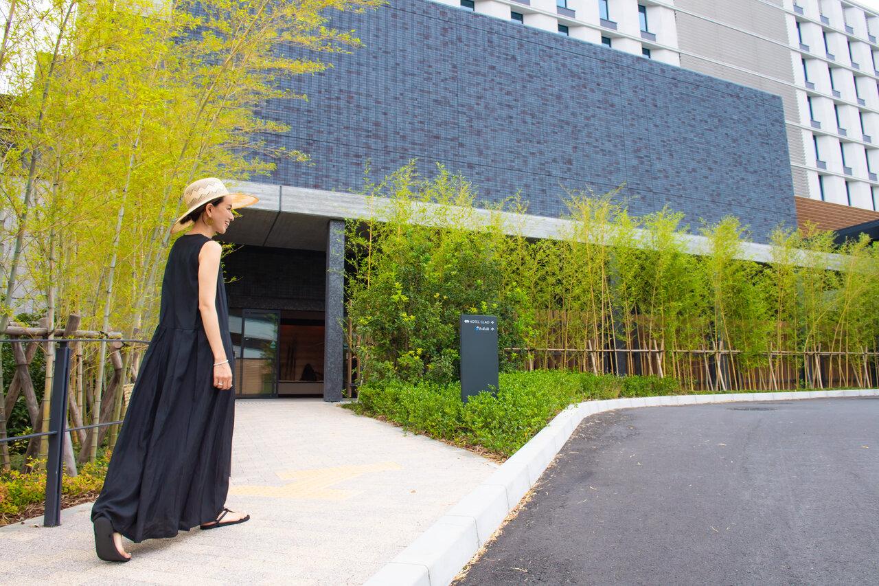 ホテルに向かって歩く女性