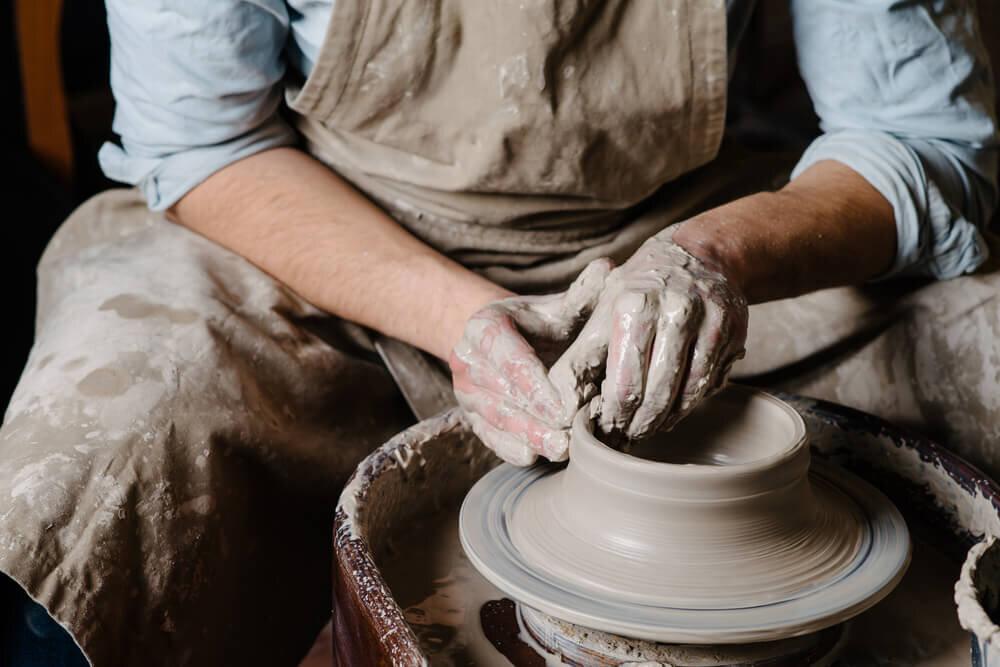 陶器を作る手元