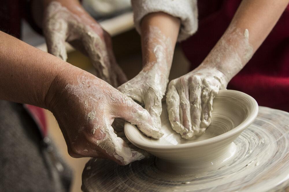 陶芸体験をする子どもの手