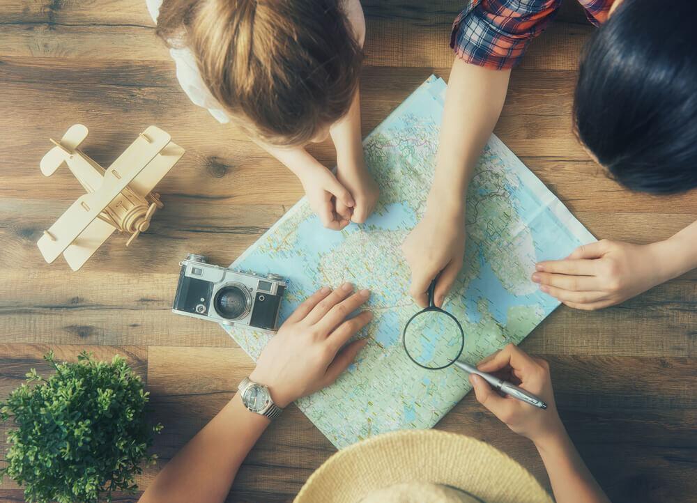 旅行の計画を練る家族