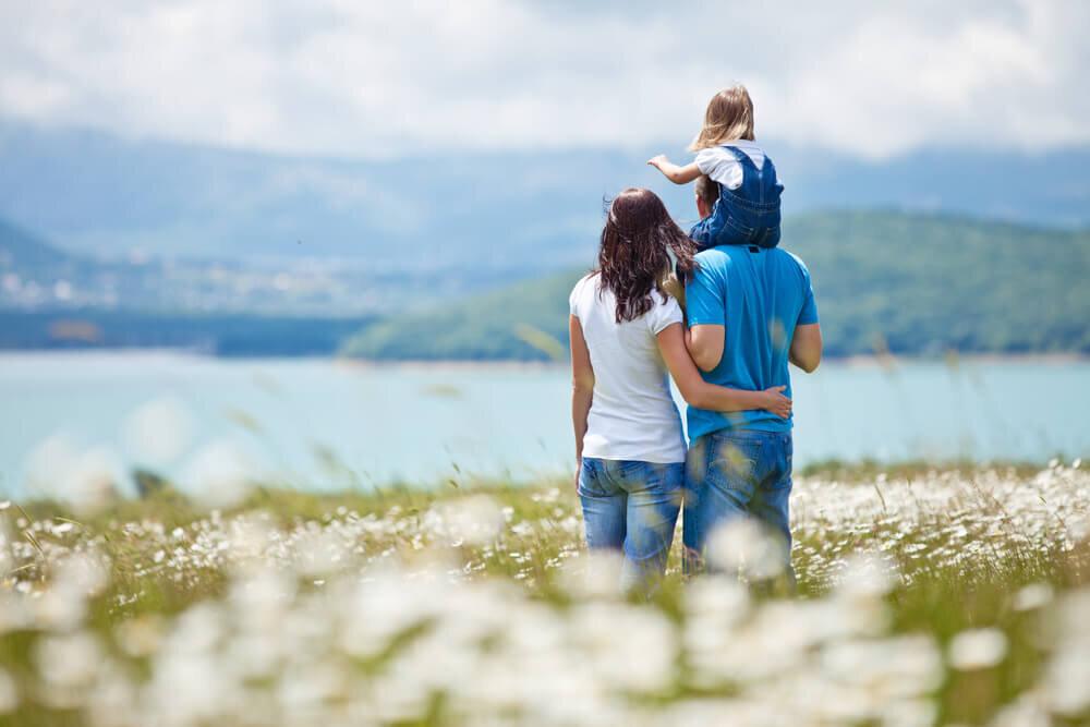 湖を眺める家族