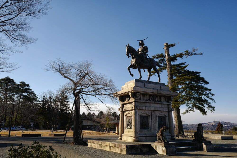 青空の下の伊達政宗騎馬像
