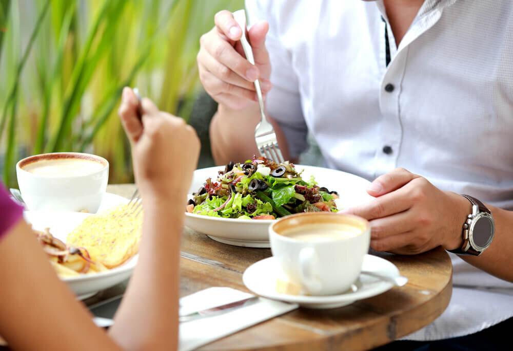 ランチを食べるカップル