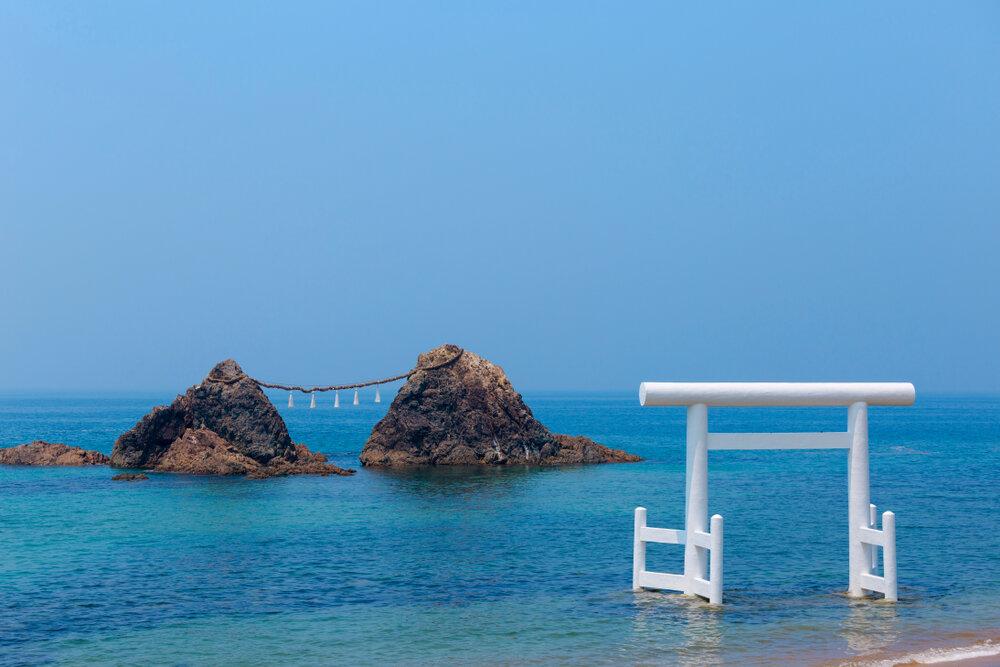 桜井二見ヶ浦の夫婦岩と白い鳥居