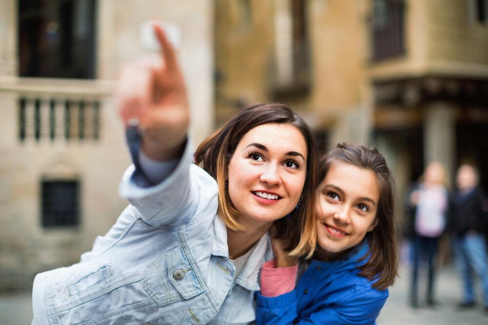 観光を楽しむ女性