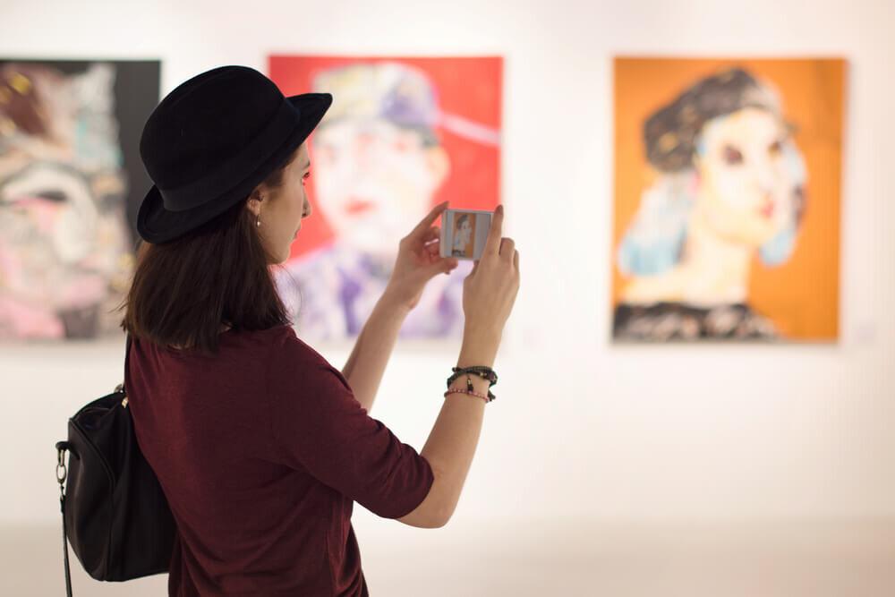 美術館で絵を鑑賞する女性