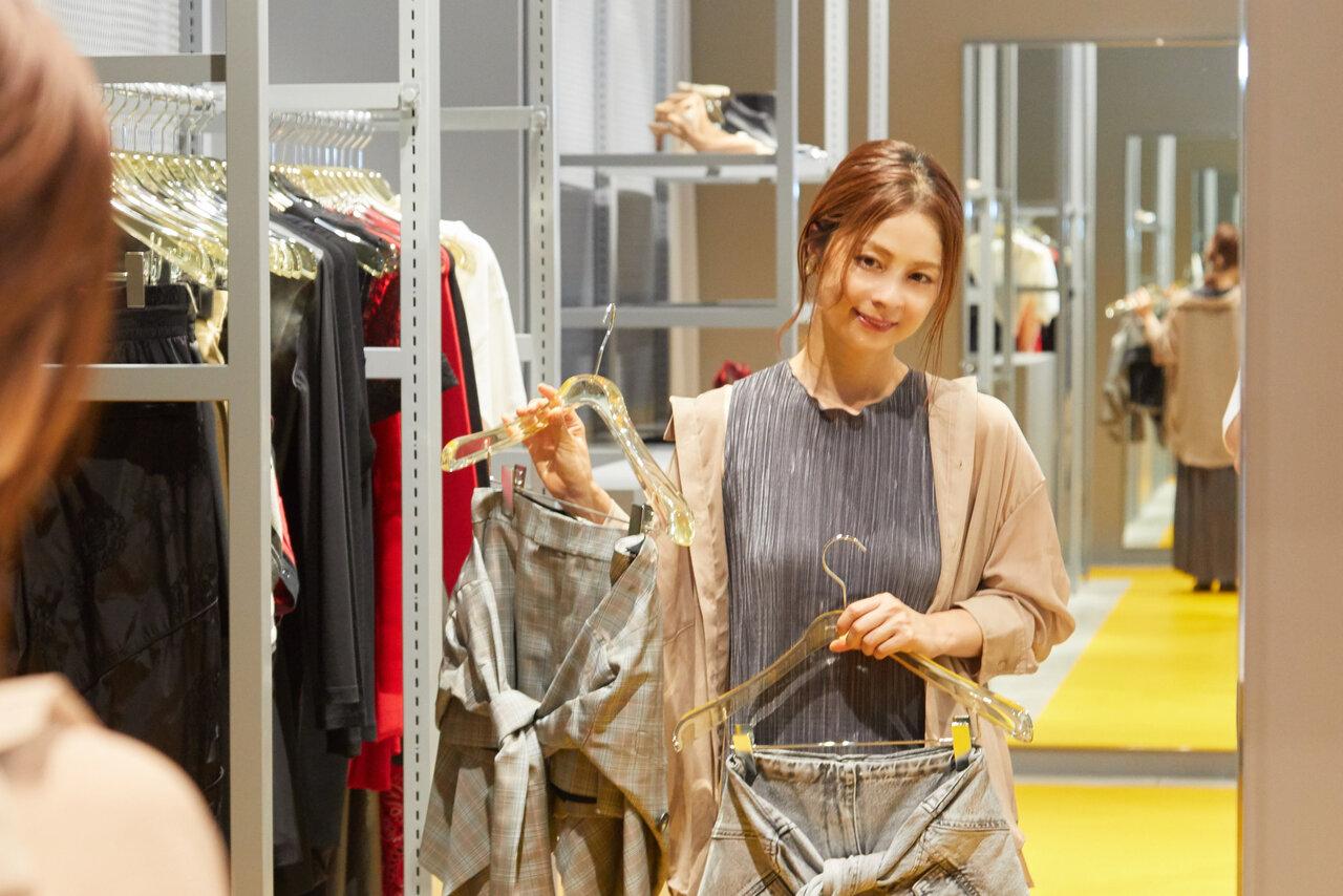 鏡の前でショートパンツを合わせる女性