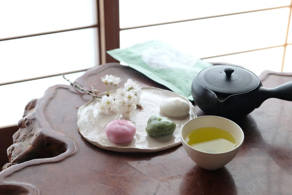 テーブルの上にあるお茶と和菓子